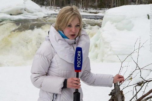 Reporter Elena Sivonen in Paanajarvi National Park. (Photo: Dmitry Deshevykh)