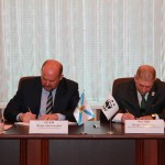 Signing the agreement. (Photo: Press service of the Government of the Arkhangelsk Region)
