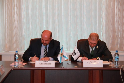 Signing the agreement. Governor Igor Orlov and Director of WWF Russia Igor Chestin (Photo: Press service of the Government of the Arkhangelsk Region)